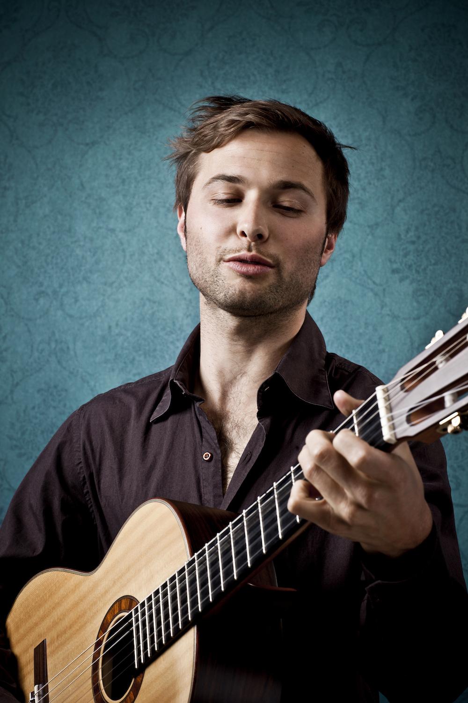 Nils Althaus mit Gitarre